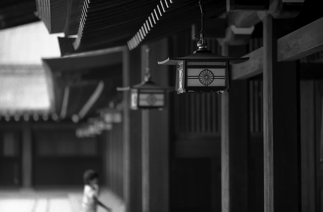 菊花紋章の付いた吊り灯篭菊の紋章のある提灯