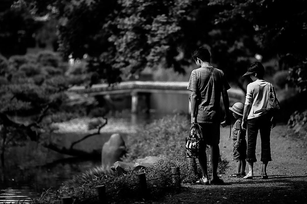 Family walking the path in Kiyosumi Garden