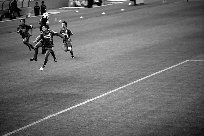 プレー中のサッカー選手