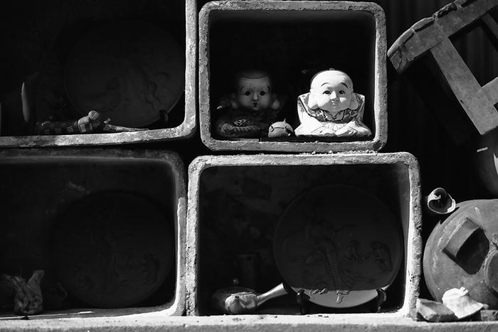 棚の中の人形