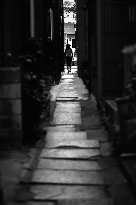 石畳の路地を歩く人影