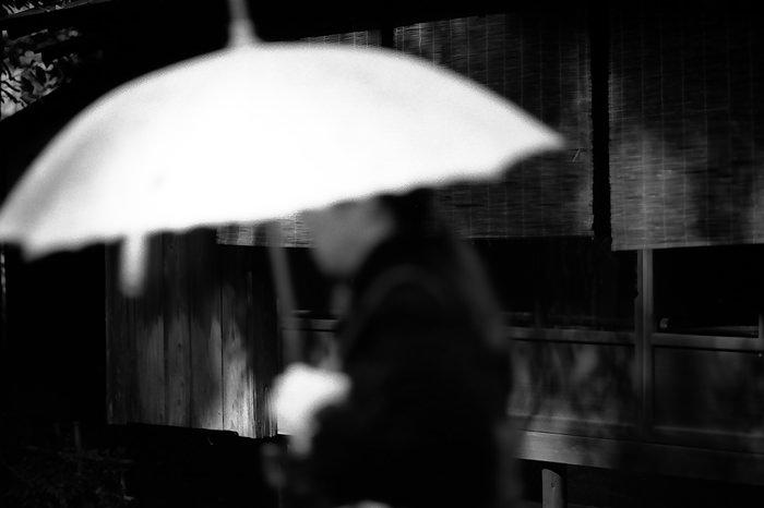 白い日傘を差す女性