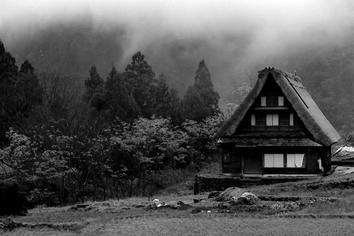 畑の中の合掌造りの家