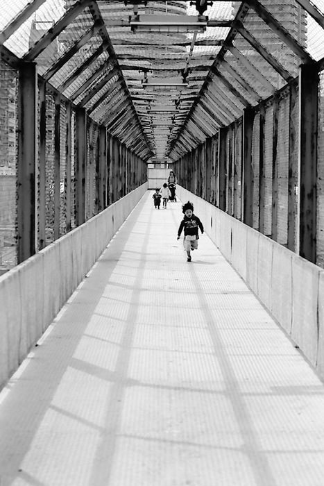 通路を走る男の子