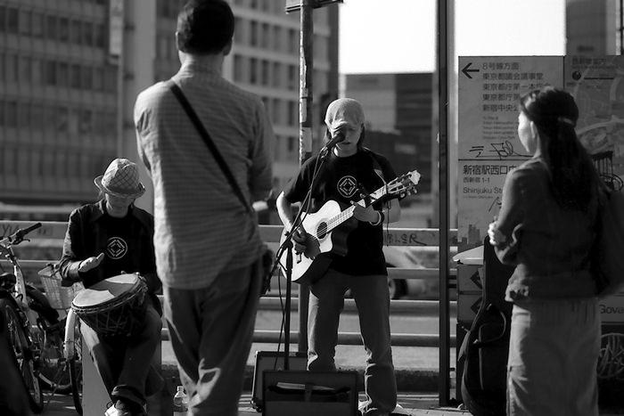 ストリートミュージシャンと観衆