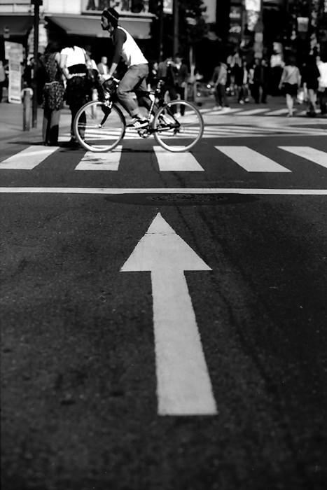 矢印の先を走る自転車