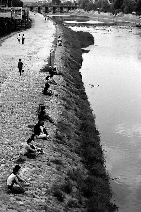 川辺のカップル