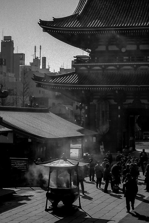 浅草寺の香炉から立ち上る煙