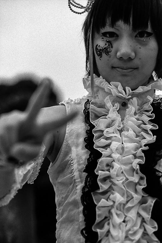 頬に蝶を付けた女の子