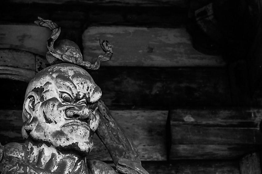 仁和寺に立つ仁王像の憤怒の表情