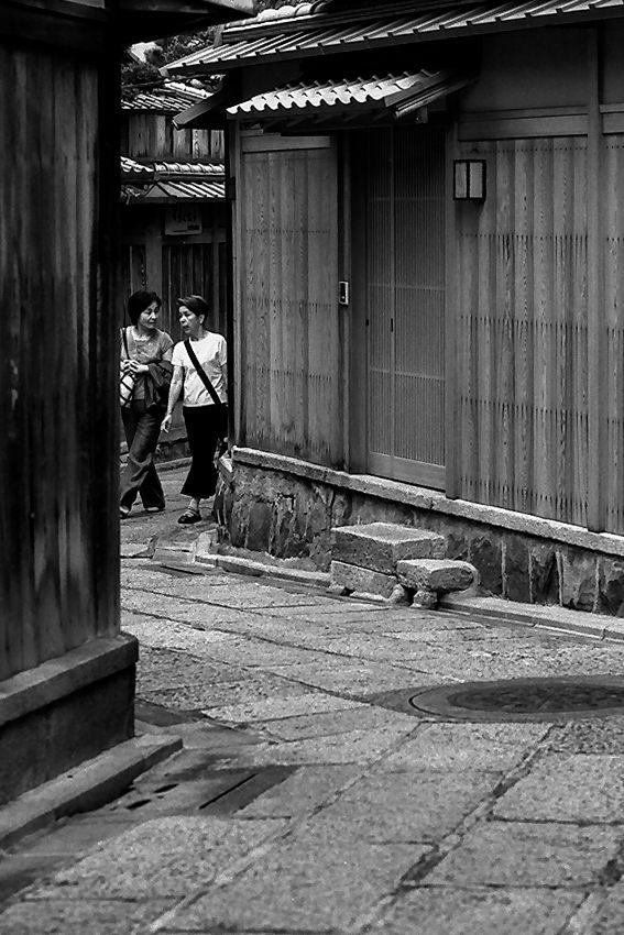 祇園の小径を歩く女性