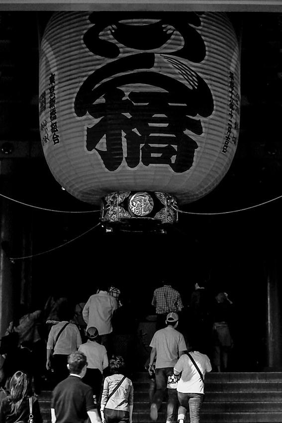 「志ん橋」と書かれた浅草寺の大きな提灯