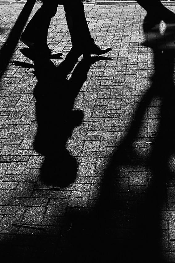 東京】 歩行者の影 | 写真とエッセイ by オザワテツ