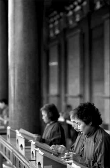 Women Reading In Hsing Tian Kong (Taiwan)