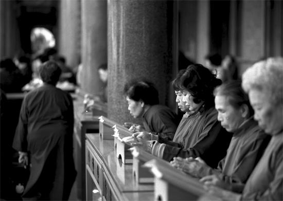 Women In Hsing Tian Kong (Taiwan)