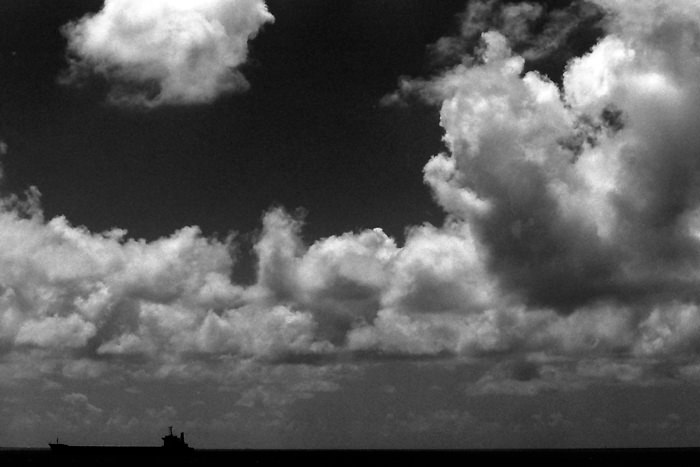 雲の下のタンカー