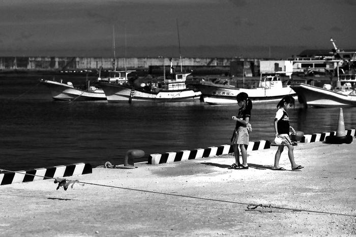港で遊ぶ女の子