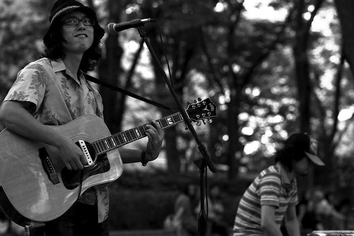 ギターを抱える男