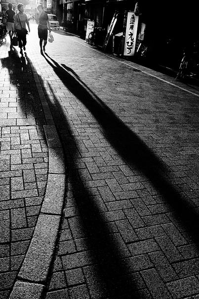 石畳の通りに長い影 @ 岡山