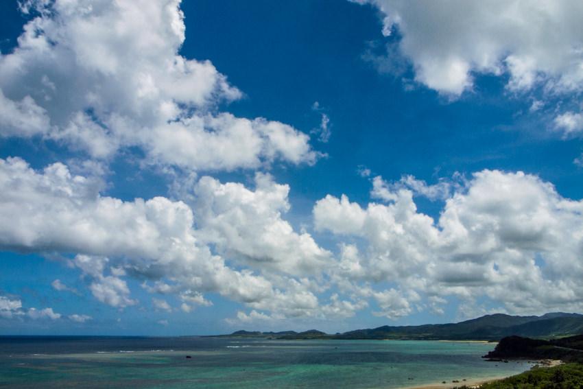 碧い海の上の雲