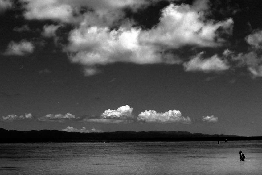 浅瀬を歩く人影