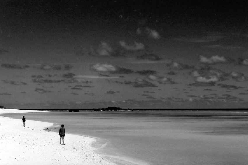波打ち際を歩く人影