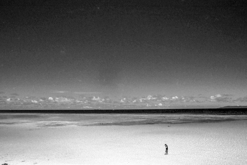 浅瀬にポツンと立つ人影