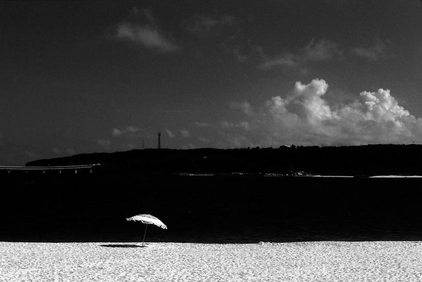 孤独なビーチパラソル