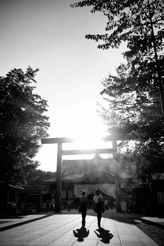 靖国神社の鳥居の前の影