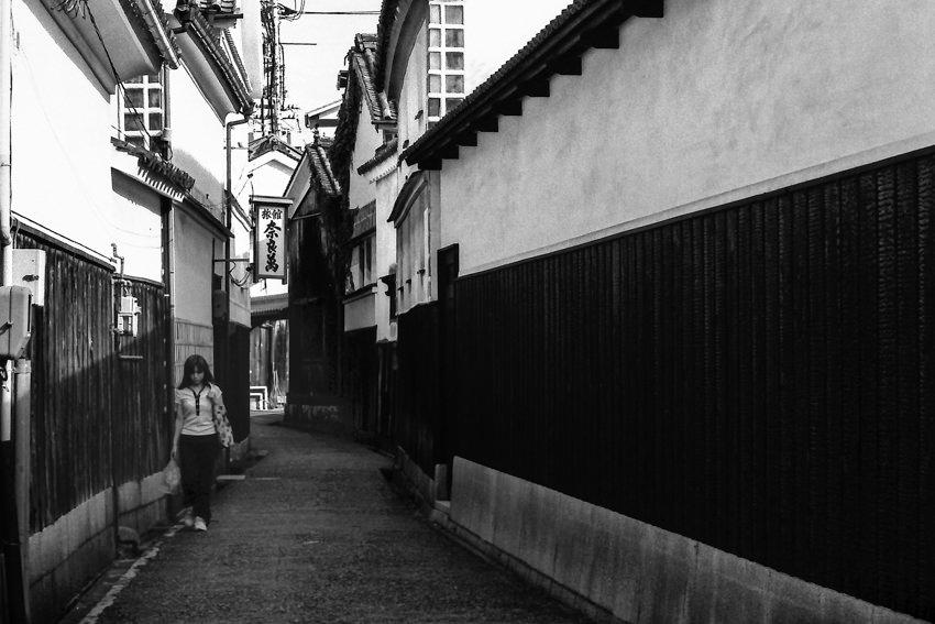 路地を歩くの若い女