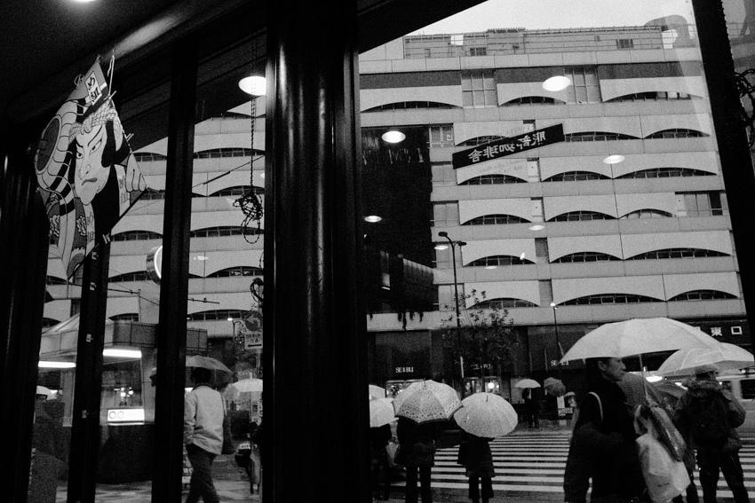 喫茶店の窓に飾られた凧