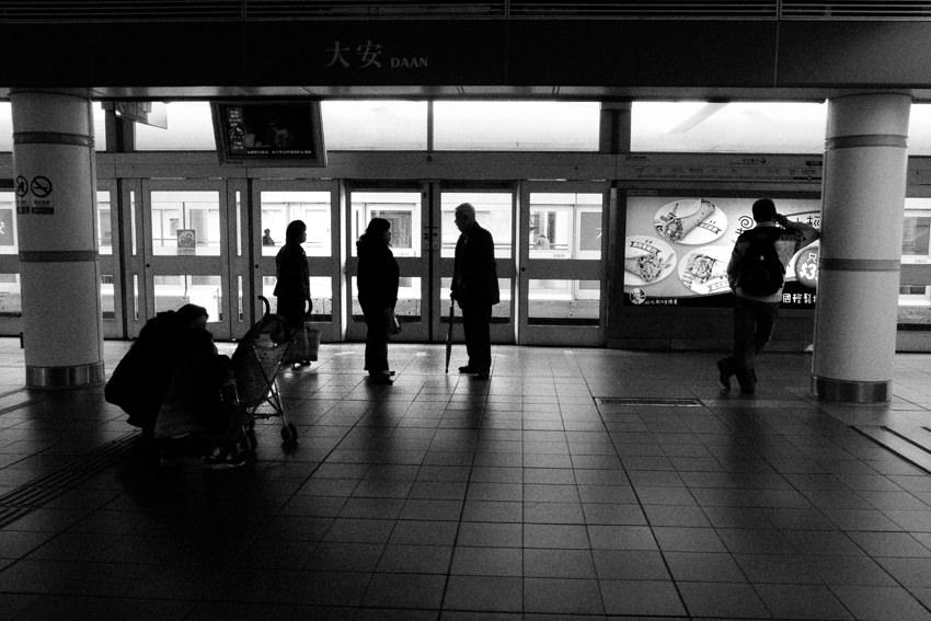 大安駅のプラットホーム