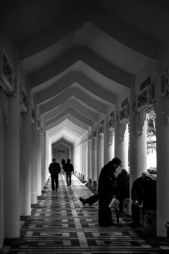 回廊で寛ぐ年配の人びと