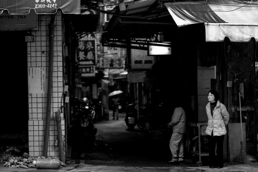 街角に立つ女