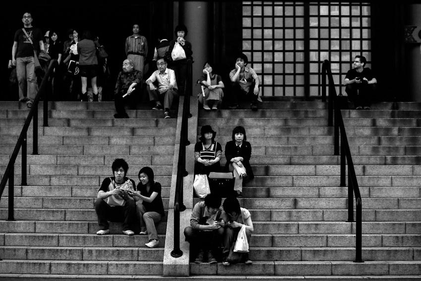 金堂の階段で休む参拝客