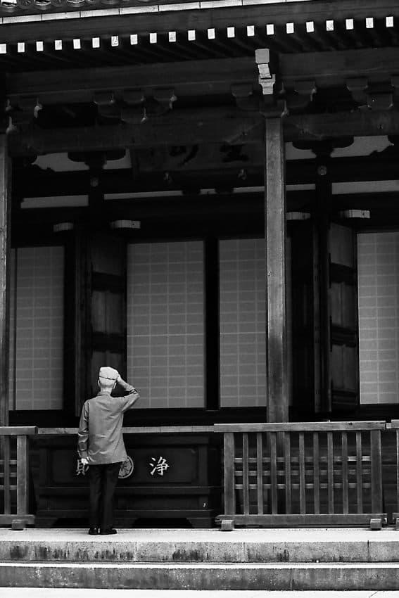 高幡不動尊の本堂前に立つ男