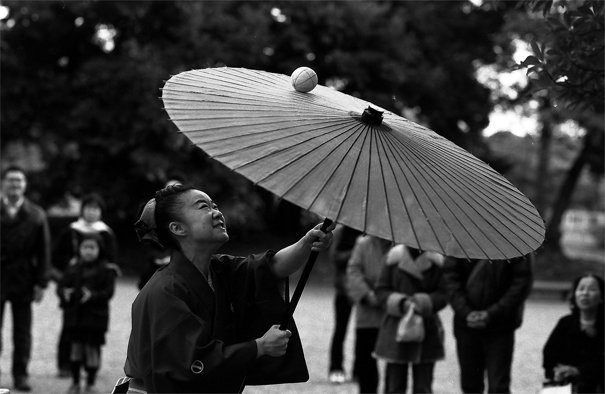Female street performer in Hamarikyu Garden