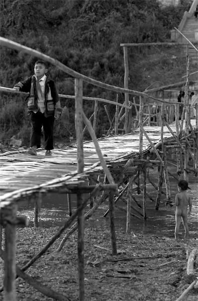 ナムカーン川の架けられた竹製の橋