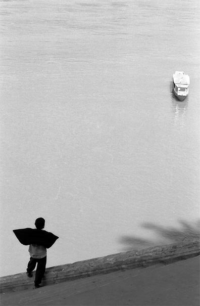離岸したボートを眺める男の子