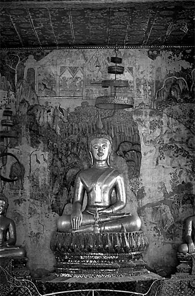 薄暗いワット・パフアークの仏像 (ラオス)