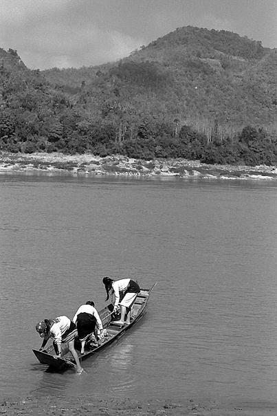 ボートの上で遊ぶ女の子