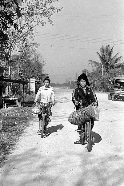 砂利道を走る二台の自転車 (ラオス)