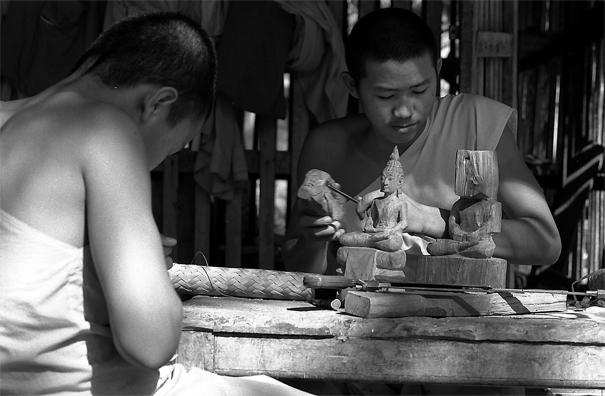 境内で木彫りをしていた僧侶たち