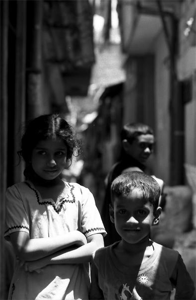 路地で並んで立つ女の子と男の子