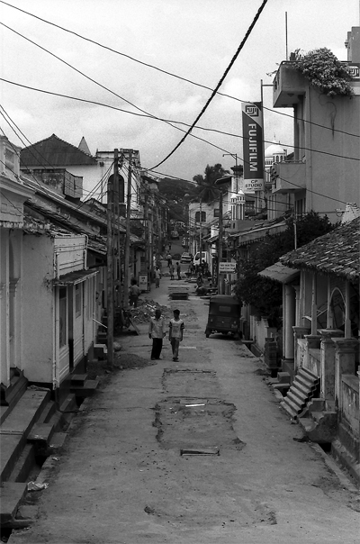 旧市街の路地を歩くふたりの人影