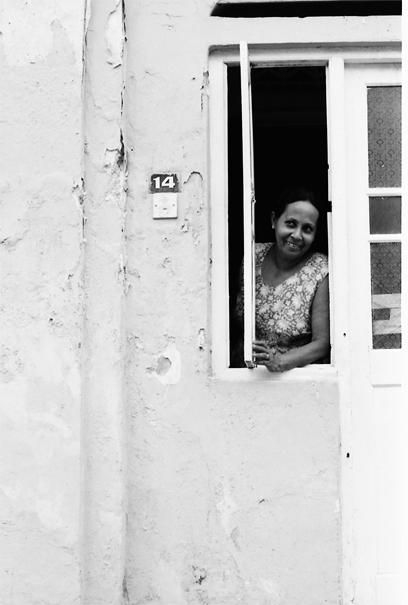 窓から顔を出した女性