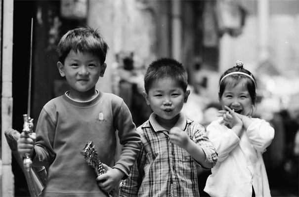 路地で一緒に遊んでたふたりの男の子とひとりの女の子