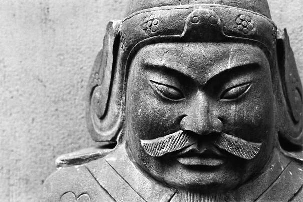 険しい顔付きをした武将の像