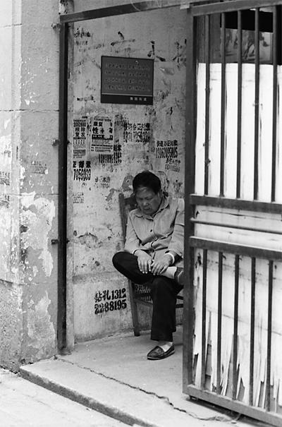 椅子の上で昼寝する年配の女性