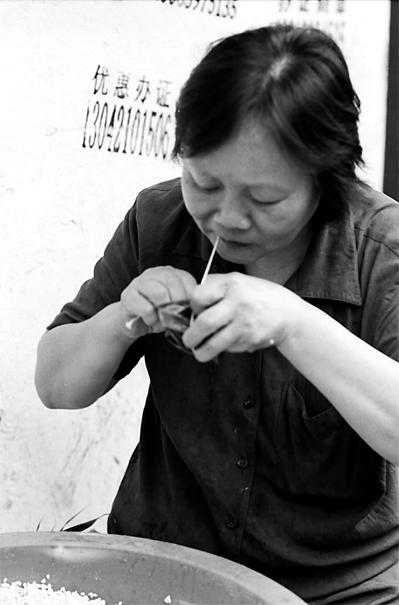ちまきを作る女性